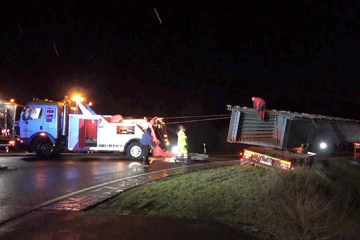 Ein Kran wurde angefordert und soll den Schwerlasttransport am Freitagmorgen bergen. Die Zufahrt zur A14 bleibt über Stunden gesperrt.