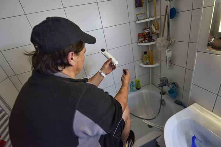 Vonovia-Mieterin Conny M. (52) inspiziert die nach dem Duschverbot installierten Sterilfilter für ihre Dusche.