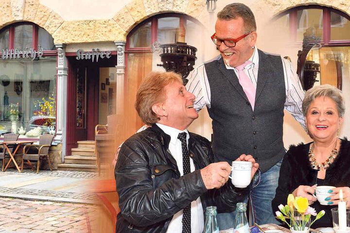 Wirt Ullrich Baudis (61, Mitte) plaudert mit Hans-Jürgen Beyer (68) und seiner Trauzeugin Dagmar Frederic (72).