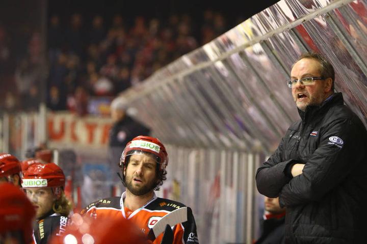Boris Rousson (r.) ist neuer Trainer der Eispiraten. Erstmals saß er beim Spiel gegen Bad Nauheim mit auf der Trainerbank.