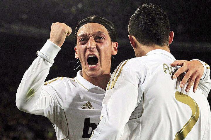 War bei Real Madrid erfolgreich, aber nie unumstritten: Mesut Özil (l.) bejubelt einen seiner Treffer gemeinsam mit Cristiano Ronaldo (r.).