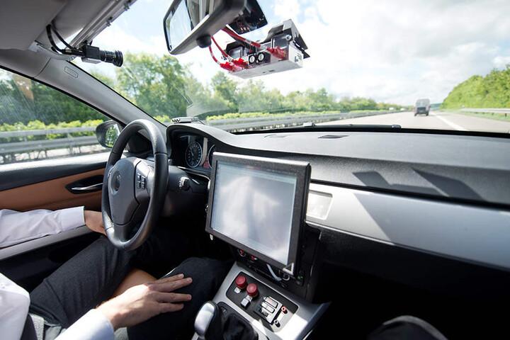 Ein Bosch-Mitarbeiter fährt mit einem Prototyp für autonomes Fahren auf der A81 bei Abstatt in Baden-Württemberg.