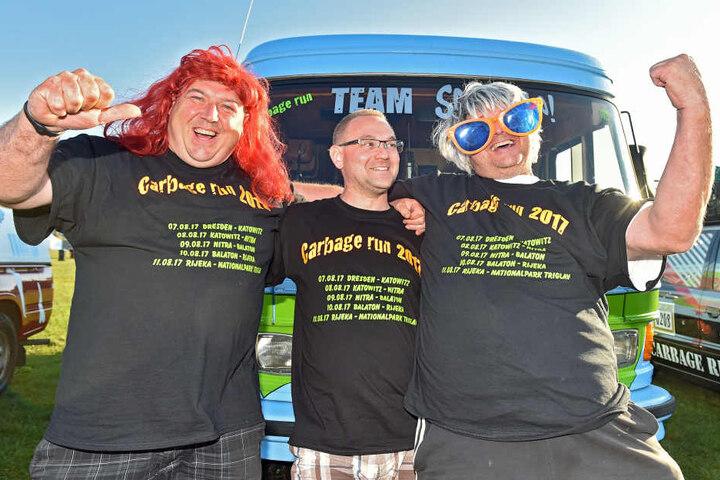Holger Schute (37, v.l.), Frank Ullrich (46) und Kai Breumer (47) schraubten  über ein Jahr an ihrem alten Mercedes-Bus, damit sie am Rennen teilnehmen  können.