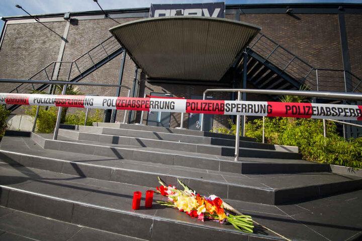 """Am Tag nach der Schießerei liegen Blumen vor dem Club """"Grey""""."""