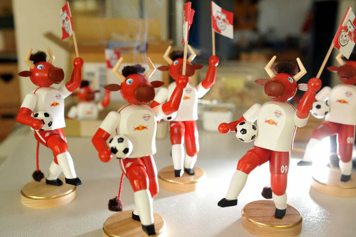 Die Bullen kommen! Seiffener Männelmacher fertigen für Red Bull Leipzig Fanartikel passend zum Vereinsnamen.