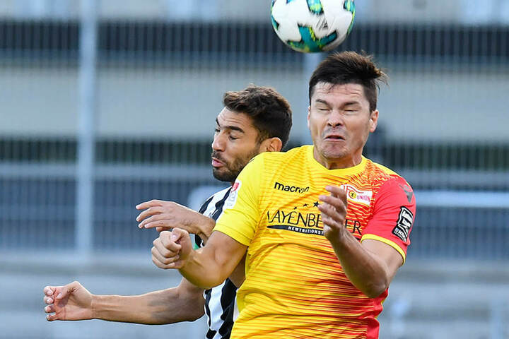 Sandhausens Nejmeddin Daghfous (l) und Unions Fabian Schönheim im Kopfball-Duell.