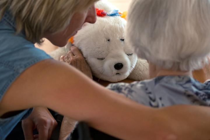 Wissenschaftler: Wer im fortgeschrittenen mittleren Alter schwer hört, hat später ein höheres Risiko für Demenz. (Symbolbild)