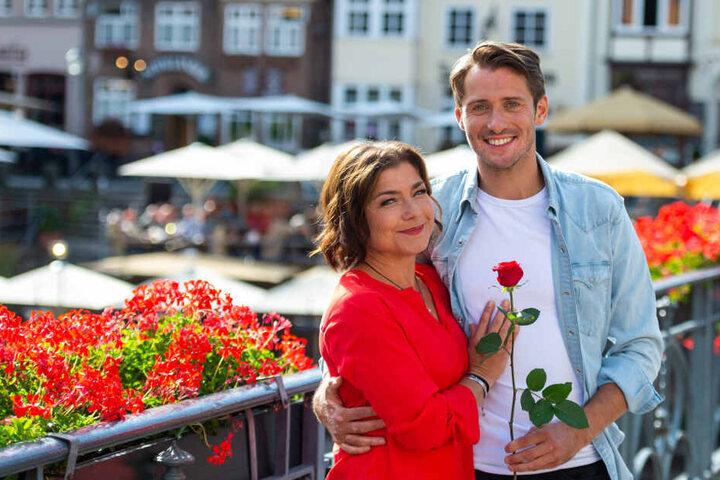 """Die beiden Schauspieler, Claudia Schmutzler und Philipp Oliver Baumgarten, stehen am Rande der Dreharbeiten für die ARD-Telenovela """"Rote Rosen"""" für ein Foto zusammen."""