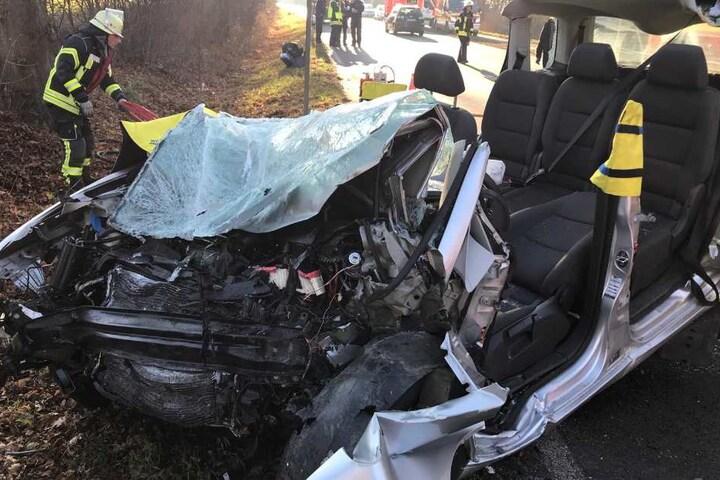 Die 29-jährige Fahrerin wurde bei dem Unfall im Wagen eingeklemmt.