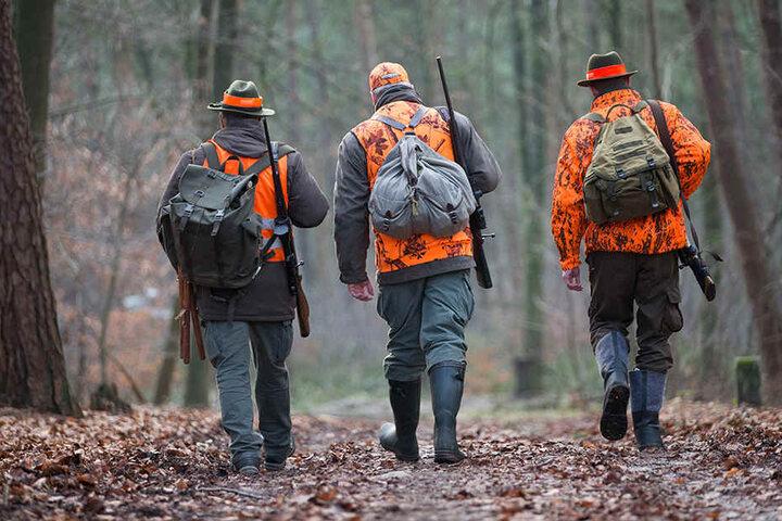 Drei Jäger machen sich auf den Weg zum Einsatzort.