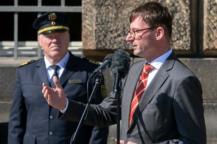 Minister Roland Wöller (48, CDU) und Landespolizeipräsident Horst Kretzschmar (59) übergaben die BMW-Motorräder.
