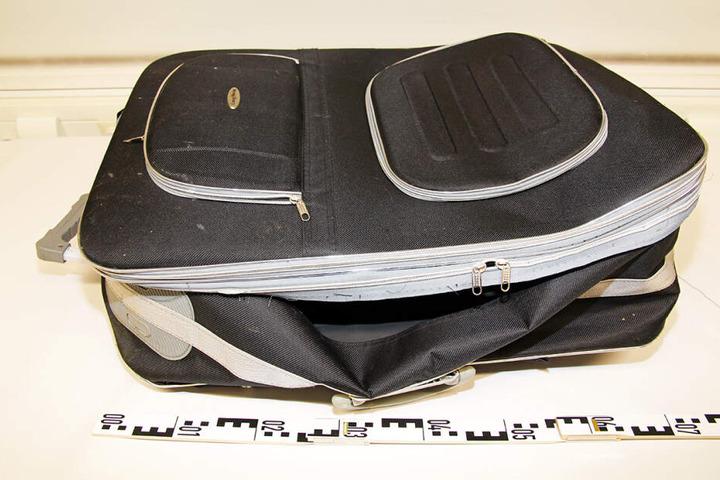 Dieser Koffer soll ein vielversprechender Beweis in den Ermittlungen zur gefunden Leiche sein.
