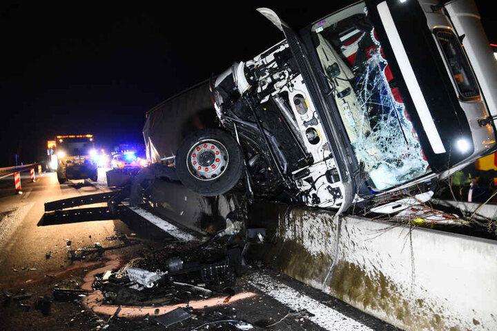 Der verunfallte Lastwagen liegt auf einem Fahrbahnteiler.