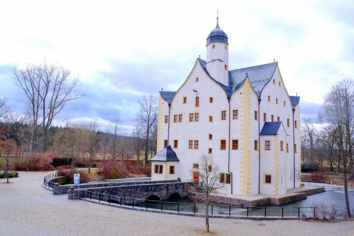 """Im Wasserschloss Klaffenbach spielen immer wieder Stars und bekannte Bands. Am 8. Juni 2013 gaben hier """"Omega"""" ein großes Konzert."""