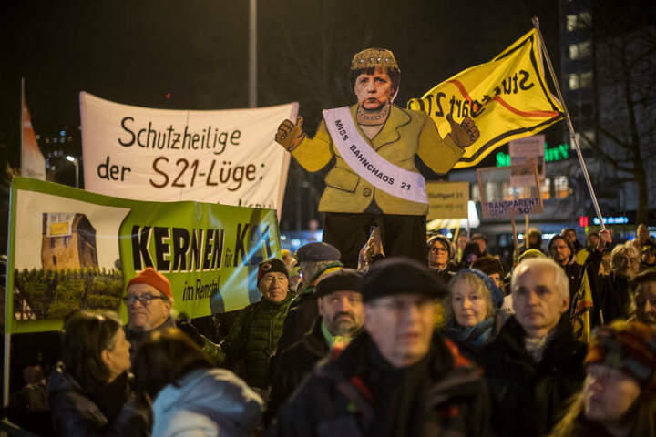 """""""Miss Bahnchaos 21"""": Selbst Angela Merkel fehlte auf der Demo nicht."""