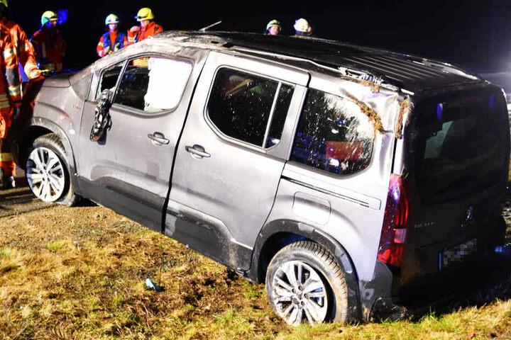 Die Rettungskräfte mussten mehrere Menschen aus einem Peugeot befreien.