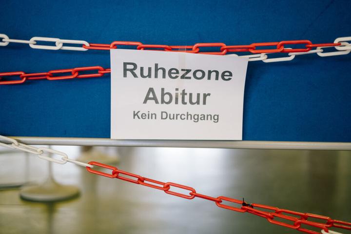 """""""Ruhezone Abitur Kein Durchgang"""" steht auf einer Absperrung in einer Schule."""