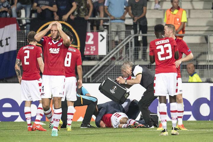 Stijn Wuytens liegt verletzt am Boden. Seine Mitspieler sind bestürzt.