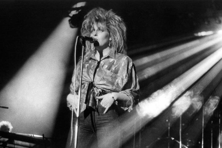 """Tamara Danz beim Konzert der Gruppe """"Silly"""" am 11. Januar 1986 im Ost-Berliner Palast der Republik anläßlich der Veranstaltung """"Rock für den Frieden""""."""