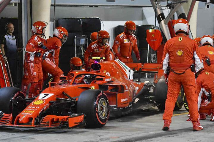 Bei dem Boxenstopp gab es ein Problem beim Reifenwechsel hinten links zu Problemen. Räikkönen bekommt trotz nicht abgeschlossenem Wechsel grünes Licht und fährt los.