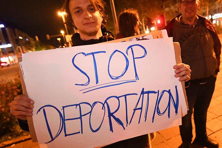 Mit zum Teil ungewöhnlichen Plakaten demonstrierten einige der Bürger.
