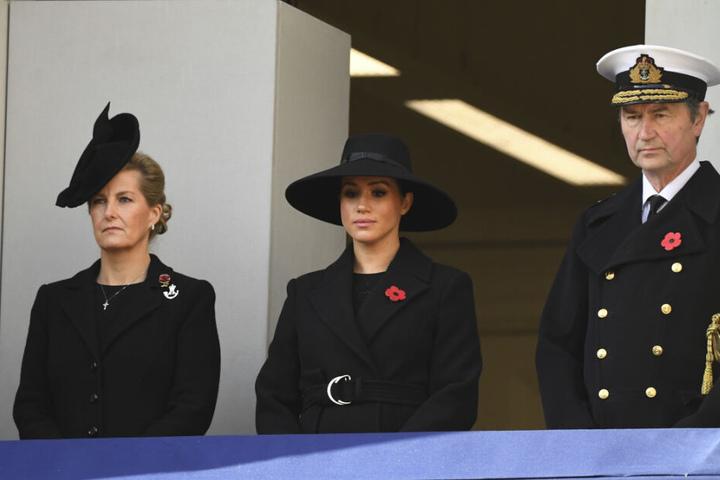 """Sir Timothy Laurence (r-l), Herzogin Meghan und Sophie, Gräfin von Wessex, tragen jeweils eine """"Remembrance Poppy"""" (Erinnerungs-Mohnblumen) am Revers."""