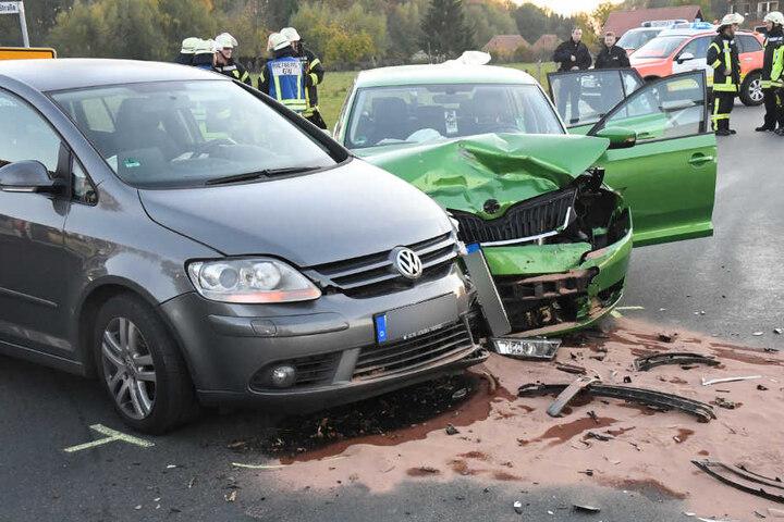 Beide Wagen mussten mit einem Totalschaden abgeschleppt werden.