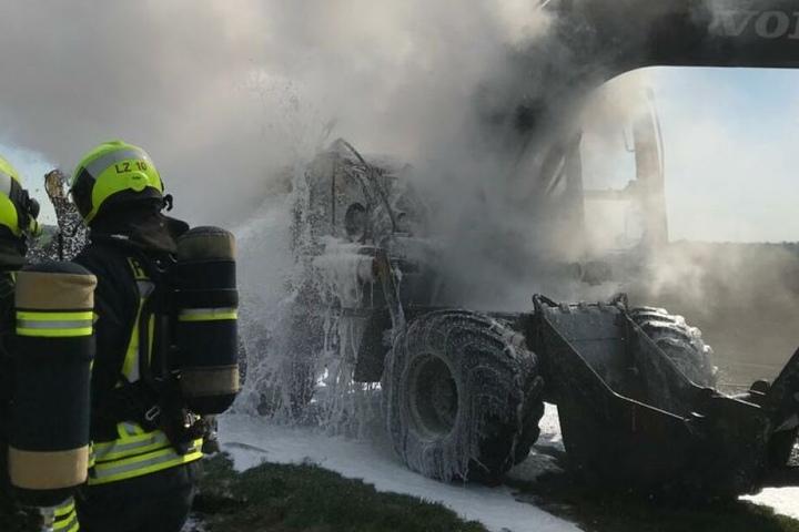 Das Fahrzeug war aus ungeklärter Ursache in Brand geraten.