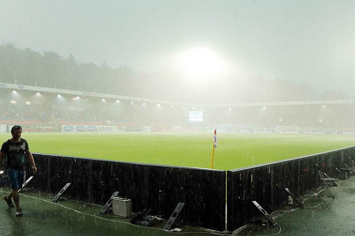 Wegen starker Regenfälle wurde die Partie Heidenheim-Aue nach 12 Minuten unterbrochen.