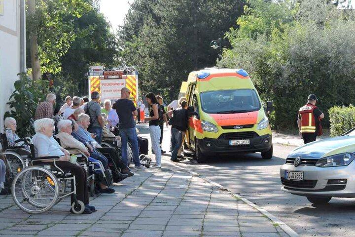 77 Bewohner des Altenheimes sowie 16 Mitarbeiter wurden evakuiert und in eine Turnhalle gebracht.