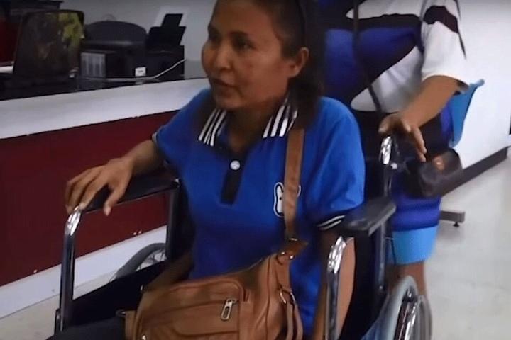 """Pranom Tiengtrong (46) sitzt nach der """"Massage"""" im Rollstuhl."""