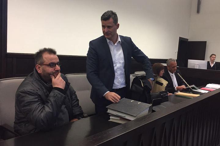 Der Angeklagte Wilfried W. wartet zusammen mit seinem Anwalt Detlev Binder auf den Beginn des sechsten Prozesstages.