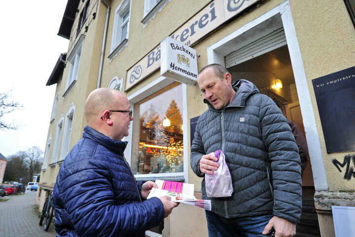 Aufklärung vor dem Bäcker: Stadtrat Frank Müller-Rosentritt (37, l.) im Gespräch mit Bäckerkunde Jens Hammer (48).