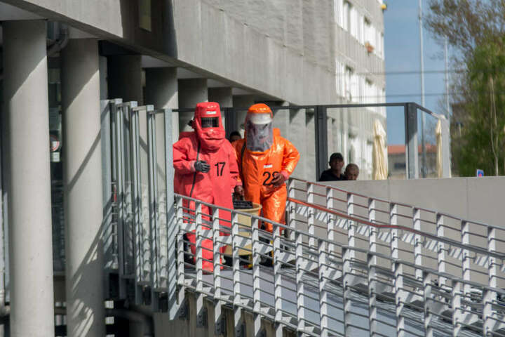 Der explosive Kanister wird von dem Chemie-Team der Feuerwehr abtransportiert.