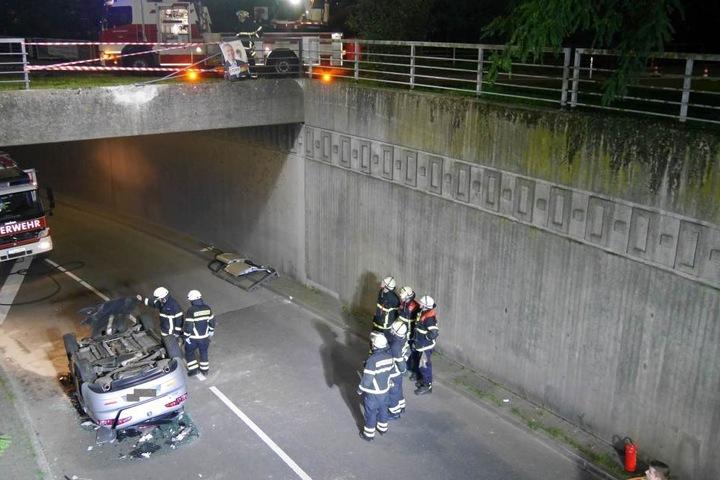 Vier Meter stürzte das Auto in die Tiefe.