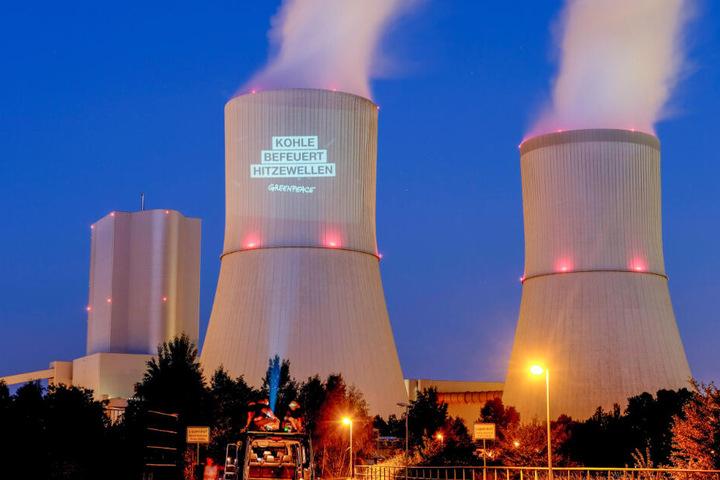 "Im Juli 2018 warf Greenpeace den Schriftzug ""Kohle befeuert Hitzewellen"" an einen der Türme des Kraftwerks Lippendorf."