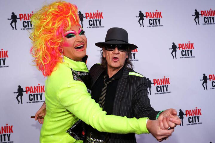 Udo Lindenberg (rechts) mit Drag-Queen Olivia Jones: Normalerweise ist der Sänger kein Kind von Traurigkeit.
