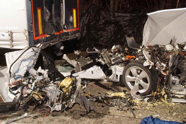 Das Unfallfahrzeug wurde von der Wucht des Aufpralls in sämtliche Einzelteile zertrümmert.