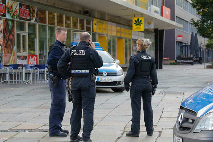 Polizisten standen am Vormittag nach der Blutnacht am Tatort. Auf diesem Fußweg starb Daniel H., er wurde 35 Jahre alt.