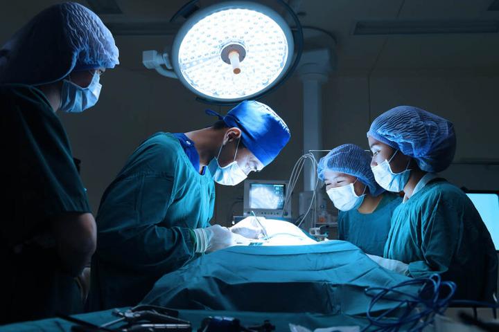 Das Opfer musste sich sofort eine Notoperation unterziehen, doch auch ihr Lebensgefährt befindet sich derzeit mit einer Verletzung in Behandlung. (Symbolbild)