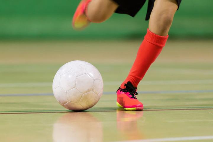 Beim Hallenfußball kommt es vor allem auf kurze Sprints an.