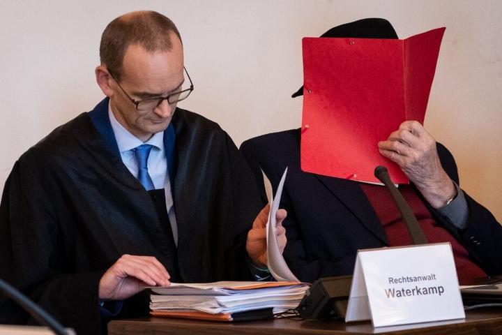 Der 93 Jahre alte ehemalige SS-Wachmann im Konzentrationslager Stutthof und sein Anwalt Stefan Waterkamp (l) sitzen im Landgericht.