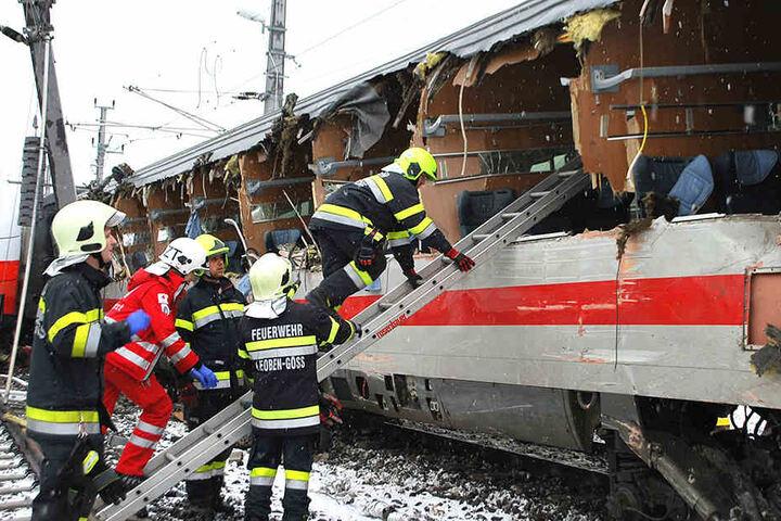 Helfer mussten sich um viele Verletzte kümmern. Eine weibliche Person überlebte den Unfall nicht.