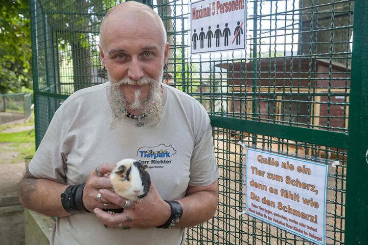 Tierpark-Chef Tino Richter (49) möchte seine Lieblinge vor übereifrigen  Kindern schützen.