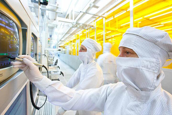 Mitarbeiter im Reinraum von Infineon in Dresden. Auch in dieser Branche wird gut gezahlt.