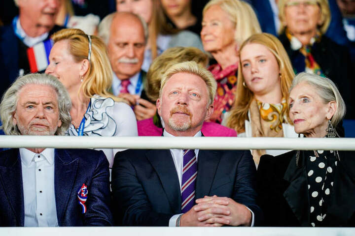 Tennisikone Boris Becker (M), Lambertz-Chef Hermann Bühlbecker und Model Eveline Hall kommen zur Eröffnungsfeier auf die Ehrentribüne.