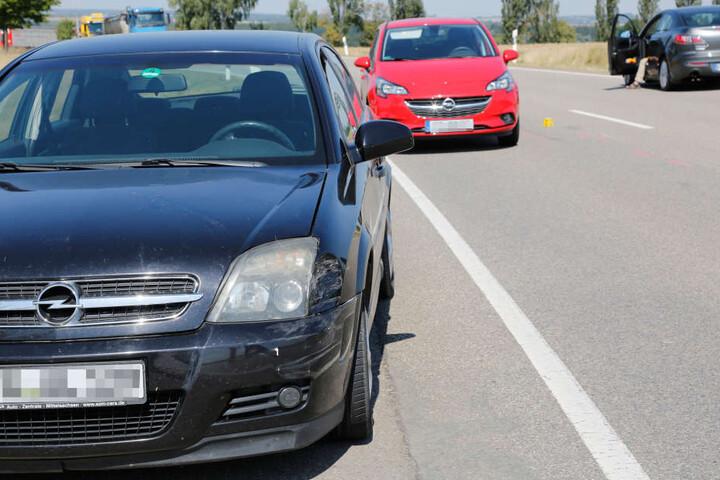 Der Opel war auf einen VW aufgefahren, der nach links abbiegen wollte. Infolgedessen kam der Motorradfahrer (61) zu Sturz.