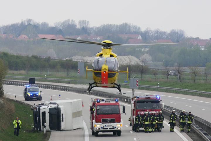 Nach aktuellen Informationen musste der Fahrer per Rettungshubschrauber in ein Krankenhaus gebracht werden.