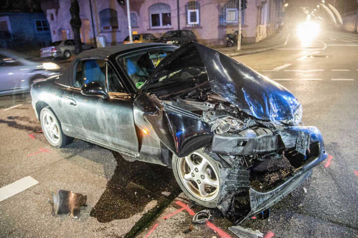Der Fahrer dieses Mazda-Cabrios hatte dem Taxi die Vorfahrt genommen.