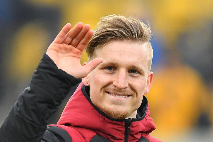 Marvin Stefaniak grüßt freundlich ins Publikum, als er mit dem 1. FC Nürnberg nach Dresden zurückkehrt.